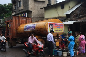 Los camioneros del sector privado son el salvavidas de Nepal para el agua limpia